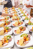 Kocken förbereder aptitretareplattor Royaltyfria Foton