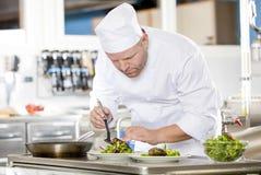 Kocken förbereder biffmaträtten på den gourmet- restaurangen Arkivfoto
