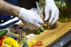 Kocken förbereder canapes Royaltyfria Bilder