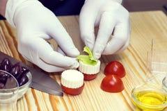 Kocken förbereder canapes Royaltyfri Foto