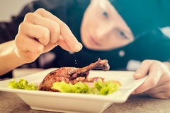 Kocken förbereder ett gourmet- mål Royaltyfria Bilder