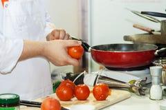 Kocken förbereder ett mål arkivfoto