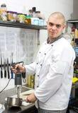 Kocken förbereder ett mål Fotografering för Bildbyråer