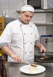 Kocken förbereder ett mål Arkivfoton