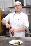 Kocken förbereder ett mål Royaltyfri Foto