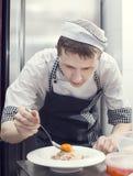 Kocken förbereder ett mål Royaltyfri Fotografi