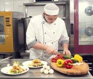 Kocken förbereder ett mål Royaltyfria Bilder
