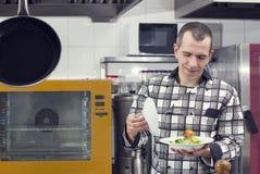 Kocken förbereder ett mål Arkivbilder