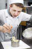 Kocken förbereder ett mål Royaltyfri Bild