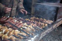 Kocken förbereder kött på steknålen Arkivfoton