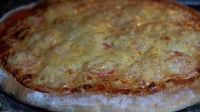 Kocken förbereder pizza i öppet kök av pizzarestaurangen, closeupen, makro stock video