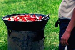 Kocken förbereder uzbekisk pilaff med paprika Royaltyfri Bild