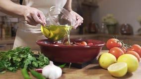 Kocken gör den vegetariska maträtten med varm buljong och nya grönsaker, löken med vitlök, citroner och gräsplaner, grönsakmaträt lager videofilmer