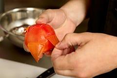 kocken gör ren tomaten royaltyfria foton