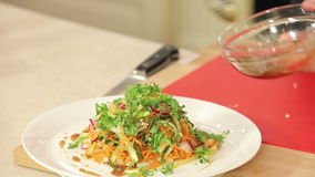 Kocken häller dressingen in i nytt snitt stock video