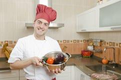 Kocken i köket. arkivbild