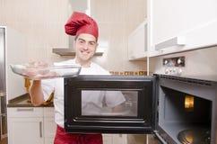 Kocken i köket. royaltyfria bilder