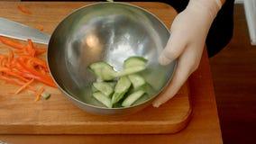 Kocken i restaurang satte grönsaker till maträtten som förbereder sallad Arkivbilder