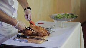 Kocken i restaurangen klippte steken gooseen upp stock video