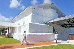 Kocken Islanders ber på den Matavera kocken Islands Christian Church Ra Royaltyfria Foton