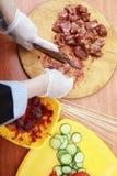Kocken klipper kött för att laga mat grillfesten royaltyfri fotografi