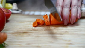 Kocken klipper morötter stock video