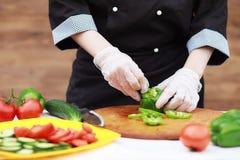 Kocken klipper nya lantgårdgrönsaker royaltyfria foton