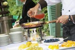 Kocken lagar mat frukt arkivfoton
