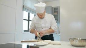 Kocken maler grated ost Laga mat osten på ett rivjärn gnider hans händer 4K stock video