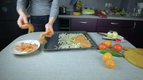Kocken ordnar rå höna på en bakplåt lager videofilmer