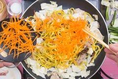 Kocken satte skivan av moroten för att laga mat den Yakisoba nudeln Royaltyfri Foto