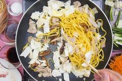Kocken satte stycket av kål för att laga mat den Yakisoba nudeln Royaltyfria Foton