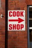 Kocken shoppar undertecknar. Arkivbilder