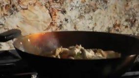 Kocken som förbereder sig, rör stekte grönsaker arkivfilmer