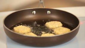 Kocken steker veggiehamburgare på en panna stock video