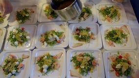Kocken stoppar maträtten på plattan med såsen lager videofilmer