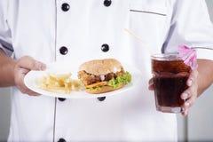 Kockgåva en hamburgare- och coladrink Royaltyfri Fotografi