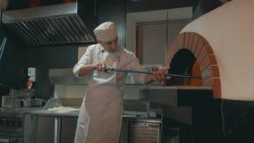 Kockhänder förbereder pizza med bacon, örter, ost, tomaten och champinjoner längd i fot räknat för närbild 4k stock video