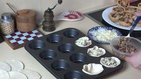 Kockhänder gör den smakliga aptitretaren med kött och ost stock video