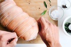 Kockhänder med för grisköttstek för rått kött förberedelsen för matlagning royaltyfri fotografi