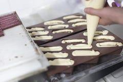 Kockhänder som skapar nya gourmetkakor fotografering för bildbyråer