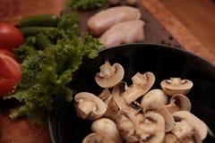 Kockhöna och grönsaker Arkivbild