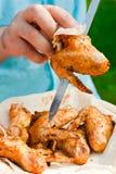 Kockkock som förbereder grillade fega vingar Arkivbilder