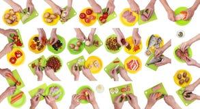 Kockkocken med en kniv och händer är klippt mat på kökbräde Royaltyfri Bild