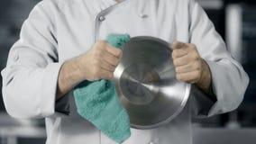 Kockman som förbereder sig att laga mat på kökrestaurangen Closeuphänder torkar bunken stock video