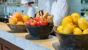 Kockmatlagning i yrkesmässigt kök stock video