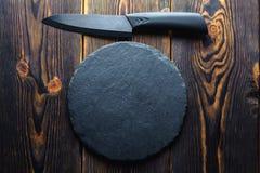 Kocks kniv på ett träbakgrundsutrymme för kopia arkivfoton
