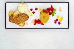 Kocks pate och rostade bröd för fega lever på plattan fotografering för bildbyråer