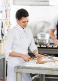 KockShaping Pasta At räknare i kök arkivfoto