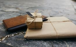 Kocowanie Kraft, prezent książka, prezenta pudełko obrazy stock
